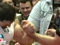 Kto wygra? Profesjonalny siłacz na rękę czy kulturysta?