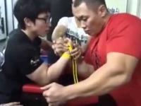 Siłowanie na rękę - 70kg vs 120kg