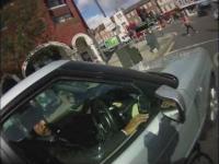 Kolejny rowerzysta wandal niszczy maskę samochodu
