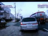 Widok z samochodu porwanego przez tsunami