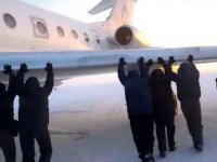 Pasażerowie pchają samolot