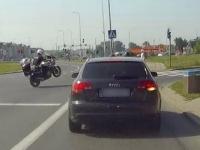 Policjant na motocyklu w widowiskowy sposób rusza w pościg...