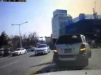 Manewry na skrzyżowaniu z kobietą za kierownicą - combo z Rosji