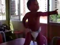 tańczący maluch.