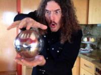 Weird Al prezentuje prezentuje magicznie unoszącą się kule