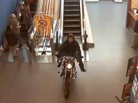 Debil jeździ po centrum handlowym ...motocyklem