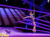 Młoda tancerka tańcząca na rurce