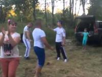 Młoda Rosjanka śpiewa w lesie
