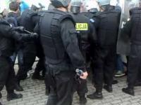 Pseudokibice atakują policjantów