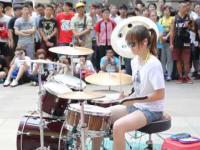 Dziewczyna przyjemnie wali w bębny