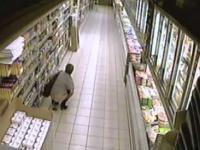 Kobieta sra w supermarkecie Kaufland