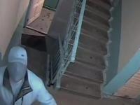 Złośliwy sąsiad próbuje zniszczyć kamerę