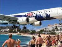 Bardzo niski przelot samolotu nad niesławną plażą Maho na wyspie St Maarten