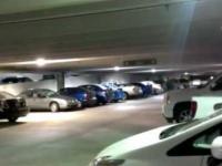 Szalona impreza na dachu parkingu. Dach się ugina