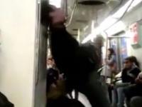 Niecodzienny grajek w metrze