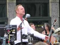 Sting śpiewa