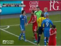 Bramkarz wyleczył nogę piłkarz w ciągu jednej sekundy!