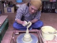 Japoński mistrz ceramiki przy pracy - czajniczek kyusu