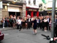 Koleś z taxi imprezuje na ulicy