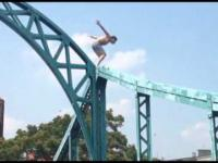 Wariat skacze do wody z mostu Tumskiego we Wrocławiu
