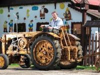 Zbudował Traktor z Drewna