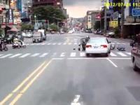 Samochód wyciąga Skutery w hit and run-chińskiej wzajemnego