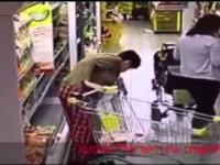 Kobieta robi za(kupy) w supermarkecie