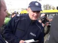 Policja spisuje Janusza Korwin Mikkego pod gmachem TVP. Reżim jeszcze zipie.