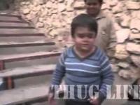 Dzieciak pokazuje kto tu rządzi