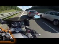 Po mimo że widziała motocyklistę, i tak zajechała mu drogę
