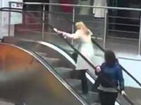 Blondynka na ruchomych schodach II
