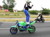 Jazda na motorze stojąc tyłem do kierunku jazdy
