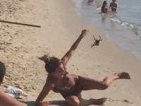 Straszenie pająkiem dziewczyn na plaży