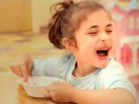 Dzieci jedzą  lody po raz pierwszy w życiu
