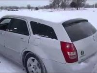 Tak się odśnieża auto w Rosji