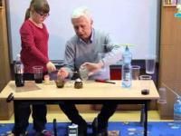 Zabawy z gazami na kółku w szkole