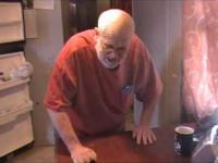 Szalony dziadek szuka cukierków