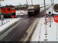 Ciężarówka między dwoma pociągami