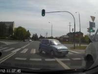 Zakręcona Pani w Seicento na skrzyżowaniu