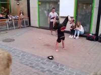 Świetny uliczny pokaz z piłką