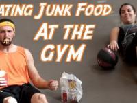 Jedzenie z fast-foodów na siłowni