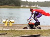 Wakacyjna zabawa w superbohatera na motorynce