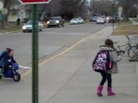 Mały chłopiec sam przyjeżdża do szkoły motorem