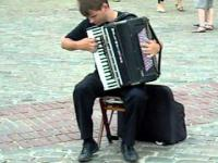 Uliczny akordeonista