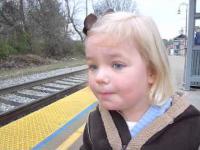 Mała dziewczynka pierwszy raz widzi wjazd pociągu na stację.