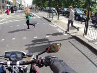 Motocykliści żartują sobie z pieszych