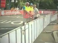 Szokujące sceny na Tour de France - starszy mężczyzna stara się przejechać