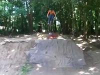 Trick na rowerze z twarzą