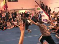 Zdolny akrobata - łamie prawa fizyki
