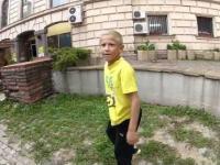 10-letni freerunner daje pokaz umiejętności